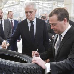 Дмитрий Медведев побывал с визитом на шинном заводе в Воронеже